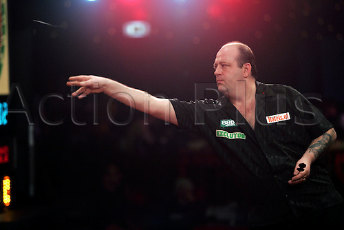 04 January, 2005: English player Ted 'the count' Hankey throws a dart during his Lakeside World Darts Championship second round match against Wagner held at the Lakeside Country Club, Frimley Green. Hankey beat Wagner 3-2. Photo: Neil Tingle/Action Plus..050104 darts