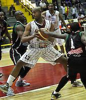 BOGOTA-COLOMBIA-20-05-2013 . Pitawa Fuentes (#13) de Piratas de Bogotá, disputa el balón con Cesar Ordoñez   (Izq.) de Manizalez Once Caldas , mayo 20 de 2013. Piratas y Manizales Oce Caldas  ,  encuentro por  la Liga Direcfv  Profesional de baloncesto en partido jugado en el Coliseo El Salitre .Pitawa  Fuentes (number 13 ) of Pirates of Bogotá, fights for the ball with Cesar Ordoñez (R) of Manizales Once Caldas , Mayo 20 , 2013. Pirates and Manizales  in encounter by Directv Professional League basketball game at the Coliseum El Salitre ... ..( Photo / VizzorImage / Felipe Caicedo / Staff).