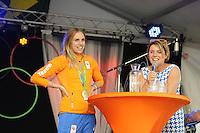 ZEILEN: WARTEN: 27-08-2016, Huldiging Marit Bouwmeester, Marit Bouwmeester met presentator Jannewietske Annie de Vries politica van de Partij van de Arbeid, ©foto Martin de Jong