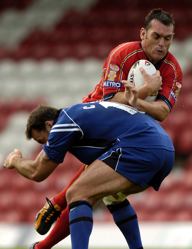 Photo: Richard Lane..London Broncos v Wigan Warriors. Tetleys Super League. 12/09/2004..Francis Stephenson attacks.