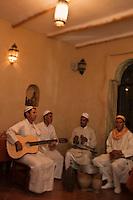 Afrique/Afrique du Nord/Maroc/Province d'Agadir/Tighanimine Elbaz: Ecolodge Atlas Kasbah - les musiciens du village sont venus jouer pour le dinner des touristes