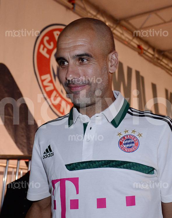 Fussball 1. Bundesliga Saison 2013/2014  Trainingslager des FC Bayern Muenchen 04.07.2013 Trainer Pep Guardiola bei der FC Bayern Mannschaftspraesentation auf dem historische Piazza 3 Novembre von Riva.