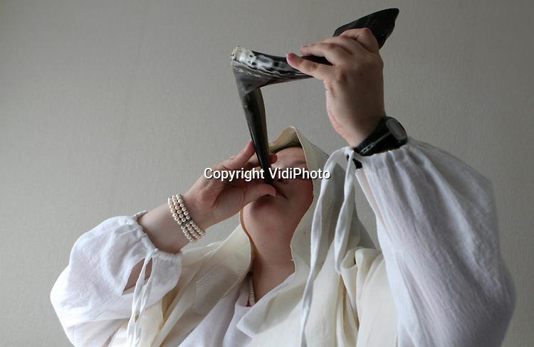 Foto: VidiPhoto..DIEREN - Shirah Pagrach uit Wageningen oefent woensdag voor de laatste maal op de ramshoorn, de sjofar, voordat woensdagavond om 19.00 uur het joodse jaar 5772 (na de schepping) aanbreekt. Shira is lid van de liberaal-joodse gemeente Gelderland, die haar sjoel (synagoge) in Dieren heeft. Ze is de enige vrouw (baäl takea) in Nederland die officieel op de sjofar mag blazen. Het joodse Nieuwjaar duurt tot en met vrijdag, waarna tien dagen van inkeer volgen, met Grote Verzoendag als afsluiting.