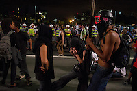 SÃO PAULO, 21.10.2013 - PROTESTO / EDUCACAO / PRE-SAL / SAO PAULO - Manifestantes entram em confronto com a polícia durante protesto pela educação e contra o leilão do Pré-Sal na noite desta segunda-feira, 21, na Avenida Paulista, região central da cidade de São Paulo. A concentração do ato ocorreu no vão livre do Masp.  (Foto: Amauri Nehn / Brazil Photo Press).