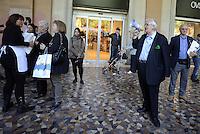 Roma, 14 Maggio 2014<br /> L'eurodeputato della Lega Nord Mario Borghezio visita il rione multietnico di Piazza Vittorio per la campagna elettorale per le Elezioni europee.<br /> Borghezio al megafono nei portici di Piazza Vittorio distribuisce pane.<br /> <br /> The euro deputy of the Northern League Mario Borghezio visit the multi ethnic district of Piazza Vittorio to the electoral campaign for the European elections. <br /> Borghezio in the porticoes of Piazza Vittorio distributes bread.