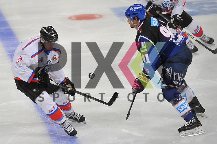 Nuernbergs Tim Schuele (Nr.27) gegen Mannheims Marc El-Sayed (Nr.91)  beim Spiel in der DEL, Adler Mannheim - Nuernberg Ice Tigers.<br /> <br /> Foto &copy; Ice-Hockey-Picture-24 *** Foto ist honorarpflichtig! *** Auf Anfrage in hoeherer Qualitaet/Aufloesung. Belegexemplar erbeten. Veroeffentlichung ausschliesslich fuer journalistisch-publizistische Zwecke. For editorial use only.