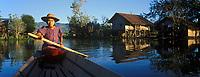 Asie/Birmanie/Myanmar/Plateau Shan/Ywathit: Lac Inle -   canot dans le  village en fond le monastère