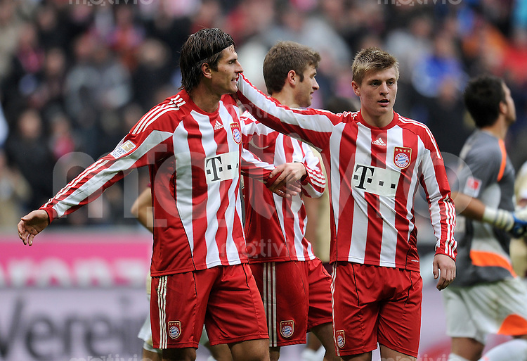 Fussball 1. Bundesliga :  Saison   2010/2011   8. Spieltag  16.10.2010 FC Bayern Muenchen - Hannover 96 (v. li.) Bayern JUBEL Mario Gomez, Toni Kroos