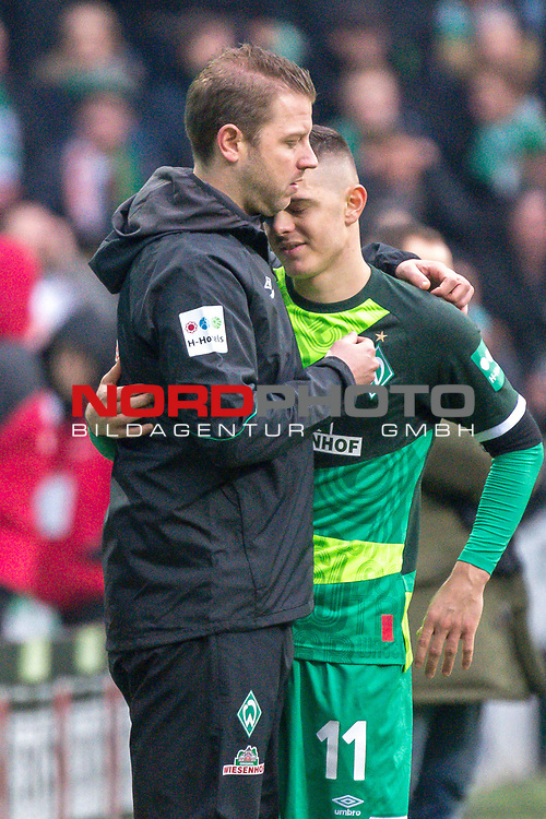 10.02.2019, Weser Stadion, Bremen, GER, 1.FBL, Werder Bremen vs FC Augsburg, <br /> <br /> DFL REGULATIONS PROHIBIT ANY USE OF PHOTOGRAPHS AS IMAGE SEQUENCES AND/OR QUASI-VIDEO.<br /> <br />  im Bild<br /> <br /> Milot Rashica (Werder Bremen #11)<br /> Verletzung / verletzt / Schmerzen<br /> Florian Kohfeldt (Trainer SV Werder Bremen) troestet<br /> Auswechslung<br /> <br /> Foto © nordphoto / Kokenge