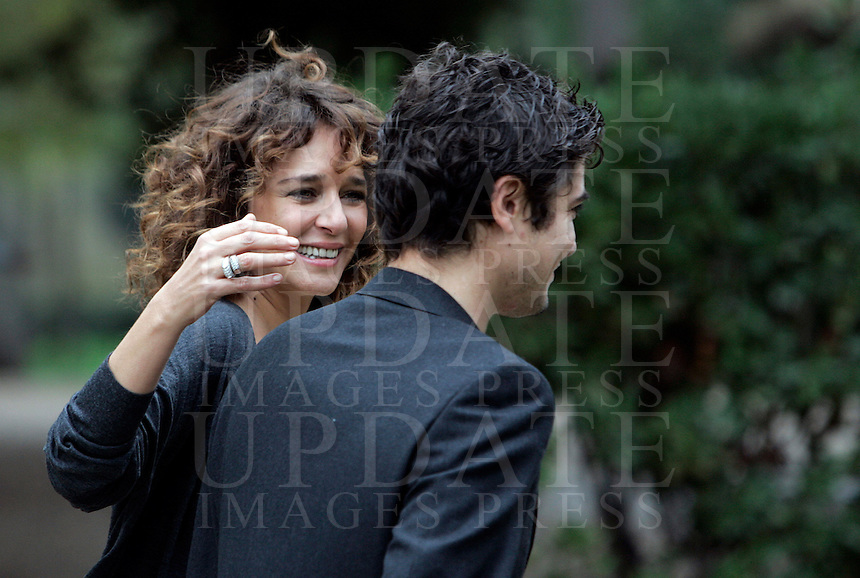 "Gli attori Valeria Golino e Riccardo Scamarcio, destra, al termine di un photocall per la presentazione del film ""L'uomo nero"" a Roma, 30 novembre 2009..Italian actress Valeria Golino, left, and her boyfriend, actor Riccardo Scamarcio, at the end of a photocall for the presentation of the movie ""L'uomo nero"" (The black man) in Rome, 30 november 2009..UPDATE IMAGES PRESS/Riccardo De Luca"