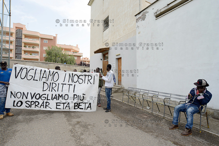Roma, 11 Maggio 2016<br /> I richiedenti asilo del centro di accoglienza in Via Tiburtina, occupanola struttura per protestare contro la mala gestione della cooperativa ETA BETA che gestisce il centro SPRAR (Sistema di Protezione Richiedenti asilo e Rifugiati).<br /> Refugees occuping the centre against the mismanagement of the coop.<br /> Rome, May 11, 2016<br /> Asylum seekers living in the center in Via Tiburtina, occupy the building that houses them to protest against the mismanagement of the cooperative ETA BETA  that runs the center SPRAR (Protection System for Asylum and Refugees).