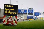 UTRECHT - Langs de snelweg A2 bij knooppunt Oudenrijn geeft een tekstkar verkeersinformatie, gebaseerd op informatie vergaard met lussen in de weg, bekende omleidingen, wegwerkzaamheden en voorspellende software. In opdracht van Rijkswaterstaat ontwierp Vialis Traffic het verkeerssysteeem GGB (Gebieds Gericht Benutten) waarbij tekstkarren van Vermeulen Traffic uit Benthuizen het verkeer waarschuwen voor files, onderbrekingen en wegwerkzaamheden voordat de rondweg Utrecht bereikt wordt. Als aanvulling op de informatie van de DRIP's (Dynamische Route Informatie Panelen) lijkt het systeem files te kunnen verminderen. COPYRIGHT TON BORSBOOM