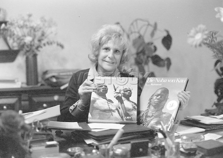 Leni Riefenstahl Leni RIEFENSTAHL *22.08.1902-08.09.2003+ Regisseurin, Fotografin, Schauspielerin RIEFENSTAHL in ihrer Wohnung| sie sitzt an ihrem Schreibtisch und haelt von ihr fotografierte Bildbaende ueber die &aelig;Nuba&AElig;, einem sudanesischen Ureinwohnerstamm, in Haenden. - 05.11.1976<br /> <br /> - 05.11.1976<br /> <br /> Es obliegt dem Nutzer zu pr&uuml;fen, ob Rechte Dritter an den Bildinhalten der beabsichtigten Nutzung des Bildmaterials entgegen stehen.<br /> <br /> Leni Riefenstahl Leni RIEFENSTAHL *22.08.1902-08.09.2003+ Film director, photographer, actress Riefenstahl at home, presenting her volume of photographs about the native 'Nuba' people in Sudan, photographed by herself -<br /> <br /> - 05.11.1976<br /> <br /> It is in the duty of the user of the image to clear prior to usage if any Third Party rights preclude the intended use.