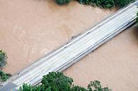 JUATUBA/ MINAS GERAIS / BRASIL (06.01.2012) - Em Juatuba (MG), a ponte sobre o Rio Paraopeba na MG050 fica comprometida. Foto: Douglas Magno / News Free