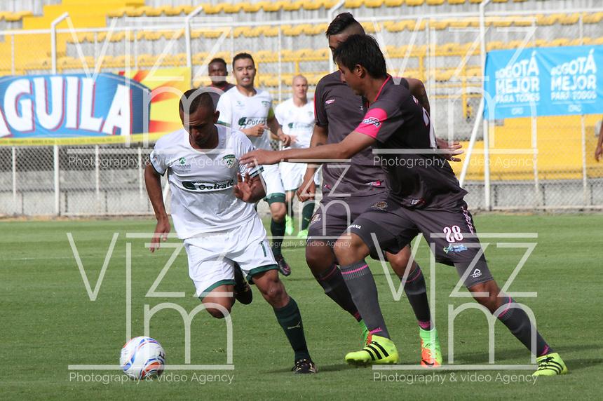 BOGOTA - COLOMBIA - 23 - 09 - 2017: Omer Escalante (Der.) jugador de Tigres FC disputa el balón con Diego Novoa (Izq.) jugador de La Equidad  durante partido entre Tigres y Equidad,  por la fecha 13 de la Liga Aguila II-2017, jugado en el estadio Metropolitano de Techo de la ciudad de Bogota. / Omer Escalante (R) player of Tigres FC fights the ball agaisnt of Diego Novoa (L)  player of La Equidad during a match between Tigres and Equidad, for the  date 13nd of the Liga Aguila II-2017 at the Metropolitano de Techo Stadium in Bogota city, Photo: VizzorImage  /Felipe Caicedo / Staff.