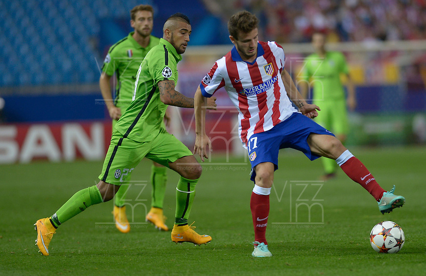 MADRID - ESPAÑA - 01-10-2014: Saúl Ñíguez (Der) jugador de Atletico de Madrid de España, disputa el balon con Arturo Vidal (Izq.) jugador de Juventus de Italia durante partido del la UEFA Liga de Campeones, Atletico de Madrid  y Juventus en el estadio Vicente Calderon de la ciudad de Madrid, España. / Saúl Ñíguez (R) player of Atletico de Madrid of Spain vies for the ball with Arturo Vidal (L) player of Juventus of Italy, during a match between Atletico de Madrid  y Juventus for the UEFA Champions League in the Vicente Calderon stadium in Madrid, Spain  Photo: Asnerp / Patricio Realpe / VizzorImage.