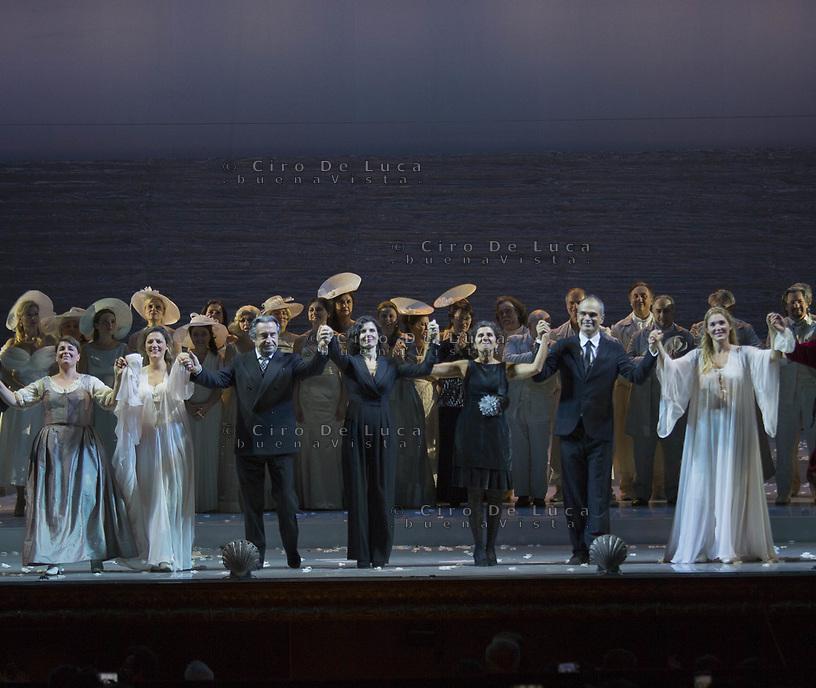 Teatro SanCarlo prima di Cosi Fan Tutte con la direzione d'orchestra di Riccardo Muti e la regia Di Chiara Muti<br /> Nella foto i saluti finali