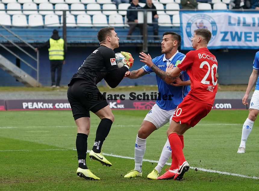 Torwart Marcel Schuhen (SV Darmstadt 98) haelt vor Vitaly Janelt (VfL Bochum) - 07.03.2020: SV Darmstadt 98 vs. VfL Bochum, Stadion am Boellenfalltor, 2. Bundesliga<br /> <br /> DISCLAIMER: <br /> DFL regulations prohibit any use of photographs as image sequences and/or quasi-video.