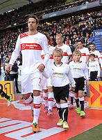 FUSSBALL   1. BUNDESLIGA  SAISON 2012/2013   9. Spieltag   VfB Stuttgart - Eintracht Frankfurt      28.10.2012 Martin Harnik (VfB Stuttgart), Gotoku Sakai (VfB Stuttgart), Raphael Holzhauser (VfB Stuttgart) und Christian Gentner  (v.li., VfB Stuttgart) mit Einlaufkindern
