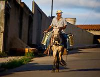 Jeceaba_MG, Brasil...Homem carregando leite em um cavalo em Jeceaba...A man carrying milk on the horse in Jeceba...Foto: JOAO MARCOS ROSA / NITRO