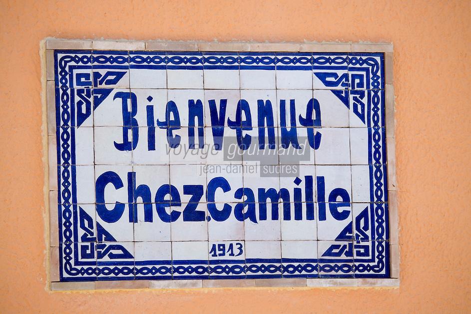 """Europe/Provence-Alpes-Côte d'Azur/83/Var/  Presqu'Ile de Saint-Tropez/ Ramatuelle:  Enseigne du Restaurant """"Chez Camille"""" route de Bonne-Terrasse  spécialistede  la bouillabaisse cuite au feu de bois"""