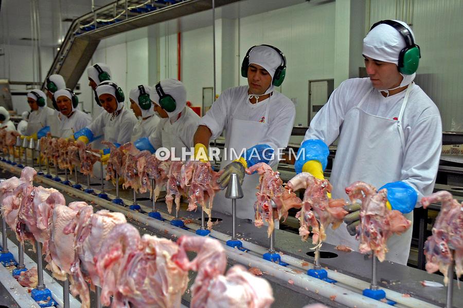 Corte de frangos em industria de alimentos. Maringa. Parana. 2009. Foto de Olga Leiria.