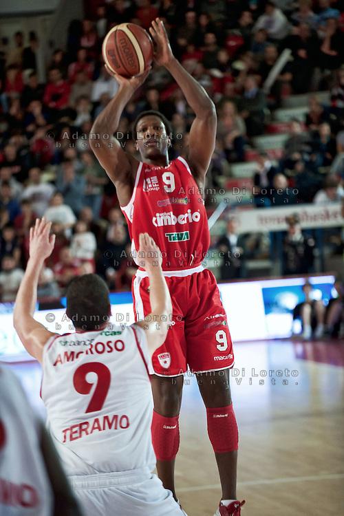 Teramo 15-01-2012 Campionato di Lega A1 Basket 2011/2012: TERAMO BASKET VS CIMBERIO VARESE. IN FOTO DIAWARA VARESE - AMOROSO TERAMO
