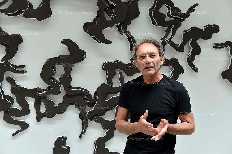 Serge Crampon, artiste plasticien du Maine-et-Loire, développe une œuvre à la croisée de la peinture, du dessin et de la sculpture, avec un intérêt majeur pour le corps et le mouvement.