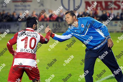 2014-09-06 / Voetbal / seizoen 2014-2015 / Dessel Sport - R. Antwerp FC / Coach Richard Stricker bedankt Emrullah G&uuml;venc voor zijn doelpunt (0-2)<br /><br />Foto: Mpics.be