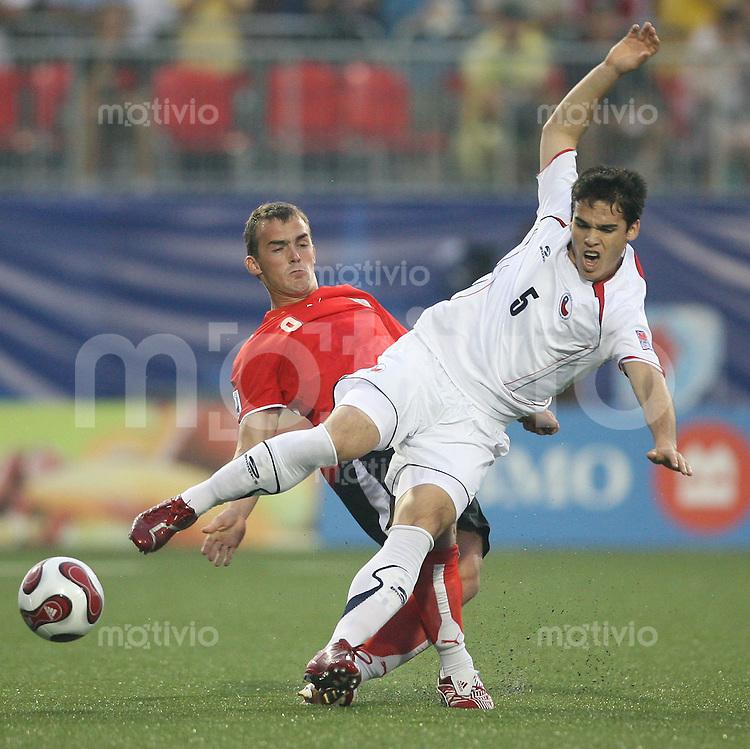 Fussball International U 20 WM  Chile - Oesterreich Erwin HOFER (AUT, li.) gegen Nicolas LARRONDO (CHI)   .