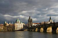 Europe/République Tchèque/Prague: Eglise Baroque  Saint- Sauveur du Clementinum et Pont Charles sur la Vltava    [Non destiné à un usage publicitaire - Not intended for an advertising use]