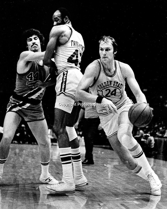Golden State Warrior Rick Barry with a screen from Nate Thurman drives to the hoop. (1974 photo by Ron Riesterer)