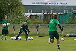 NORDERNEY Trainer Thomas Schaaf bleibt Norderney treu. Nachdem er bereits elfmal mit Fu&szlig;ball-Bundesligist Werder Bremen ins Trainingslager auf die Nordseeinsel gefahren ist, um sein Team auf eine Saison vorzubereiten, will er die Sportpl&auml;tze und die dort gebotene Betreuung auch f&uuml;r seinen neuen Verein, Eintracht Frankfurt, nutzen. Das Trainingslager ist f&uuml;r die Zeit vom 6. bis 12. Juli geplant.<br /> Archiv aus: 05.07.2011, An der Muehle, Norderney, GER, 1.FBL, Trainingslager Werder Bremen, im Bild Thomas Schaaf (Trainer Werder Bremen) greift tatkraeftig bei der Jugend mit ein und spiel / wirft die Baelle zu<br />   // during trainingsession from Werder Bremen 2011/07/03    Foto &copy; nph / Kokenge *** Local Caption ***