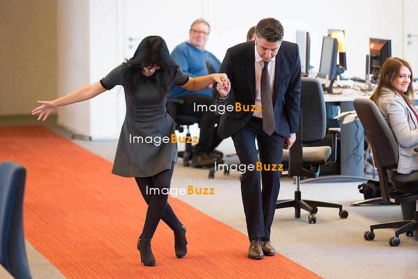 Le roi Philippe et la reine Mathilde de Belgique visitent les locaux de RTL House.<br /> Les souverains ont rencontr&eacute; l&rsquo;&eacute;quipe de Place Royale ( Thomas De Bergeyck et Emilie Dupuis ) ainsi que les studios de RTL info, en compagnie d&rsquo;Hakima Darhmouch et Michel De Maegd.<br /> Belgique, Bruxelles, 17 mars 2016<br /> King Philippe &amp; Queen Mathilde of Belgium during a visit at the RTL House Television Studios in Brussels.<br /> Belgium, Brussels, 17 March 2016<br /> Pic :  Maria Del Rio &amp; Jean-Michel Zecca