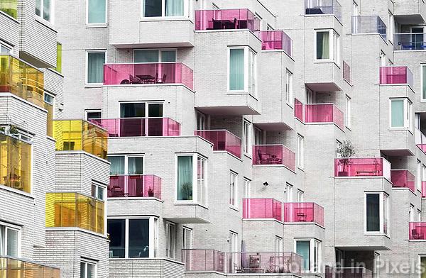 Nederland Amsterdam april 2018. Nieuwbouw aan de Zuidas. Het Summertime appartementencomplex. Appartementen met gekleurde balkonhekken. Vrije sector huurwoningenl in het middeldure segment. De toegepaste duurzaamheidsmaatregelen in Summertime zijn onder andere stadsverwarming, zonnepanelen voor opwekking van duurzame energie en HR++ beglazing. Daarnaast is er een groendak. Foto Berlinda van Dam / Hollandse hoogte