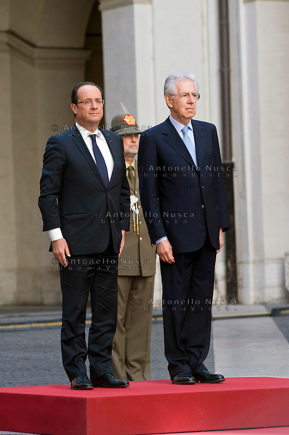 Il Presidente Francese Francois Hollande arriva a Palazzo Chigi per l'incontro con Mario Monti..French President Francois Hollande (L) shakes hands with Italian Prime Minister Mario Monti as he arrives for an official meeting at Palazzo Chigi in Rome.
