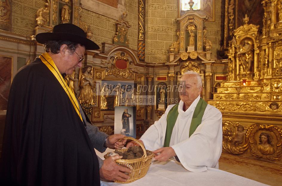 Europe/France/Midi-Pyrénées/46/Lot/Causse de Limogne/Lalbenque: Offrande de truffes lors de la messe du 17 janvier en l'honneur de Saint Antoine saint patron des trufficulteurs