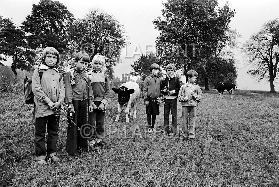 Poland, September, 1981 - The children of farmers return home from school in the Torun region.<br /> Pologne, septembre 1981 &ndash; Des jeunes enfants de fermiers du coin rentrent de l&rsquo;&eacute;cole.