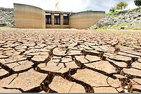 BRAGANÇA PAULISTA, SP, 11.03.2014 - SISTEMA CANTAREIRA - Represa do Rio Jaguari, em Bragança Paulista (SP), nesta terça-feira, 11.  Após apresentar uma pequena recuperação durante o final de semana, o nível dos reservatórios do Sistema Cantareira voltou a registrar queda. Nesta terca-feira, o índice que mede o volume de água armazenado nas reservas caiu para 16% da capacidade total ante 16,1% no domingo, segundo dados da Companhia de Saneamento Básico do Estado de São Paulo (Sabesp). (Foto: Paulo Fischer / Brazil Photo Press).