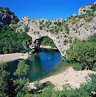 France, Rhône-Alpes, Département Ardèche, near Vallon-Pont-d'Arc: Pont d'Arc and the Gorges de l'Ardeche | Frankreich, Region Rhône-Alpes, Département Ardèche, bei Vallon-Pont-d'Arc: der 60 Meter hohe Natursteinbogen Pont d'Arc in der Schlucht Gorges de l'Ardeche