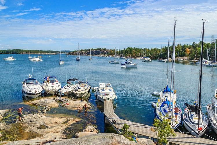 Brygga och hamn med båtar på Nåttarö i Stockholms skärgård