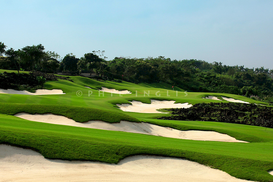 HOLE 4 - 518 yds PAR 4, Blackstone Course, Mission Hills Haikou, China. Designed by Schmidt Curley. Photo Credit / Phil Inglis....<br />
