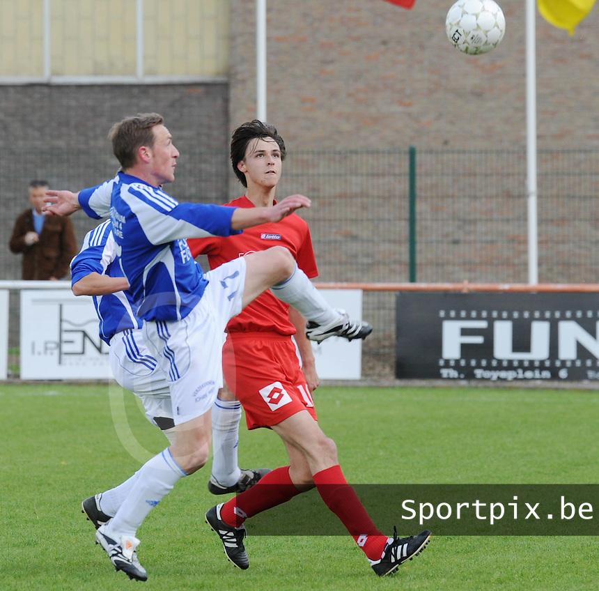 Zwevegem Sport - K SV De Ruiter..Dries Berten haalt de bal weg voor Brecht Ameye (rechts)..foto David Catry / VDB