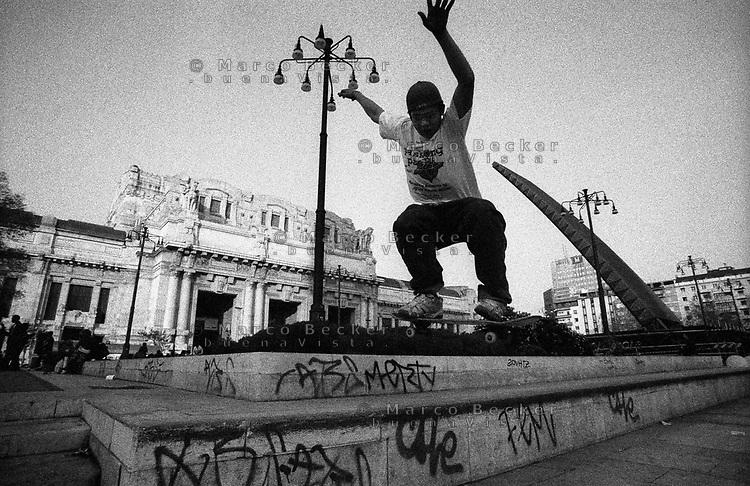 milano, un ragazzo fa skate sulla piazza davanti la stazione centrale --- milan, a boy skates in front of central station