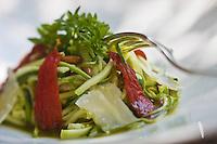 Europe/France/Provence-Alpes-Côte d'Azur/84/Vaucluse/Lubéron/ Lourmarin: Spaghettis de courgettes au pistou, recette de Reine Sammut, restaurant: La Fenière