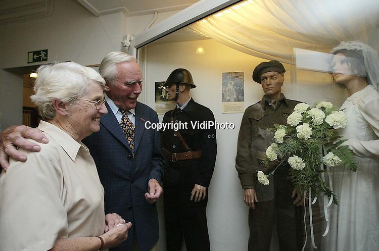 Foto: VidiPhoto..HENGELO (Gld) - Het Achterhoeks Museum 1940-1940 vormt vrijdagmiddag het decor voor een bijzondere bijeenkomst. Voor de trouwjurk, gemaakt van de parachute van de bekende geheim-agent Cor van Bemmel, ontmoet zijn nicht mevrouw Reinders-van Bemmel oud-verzetsman Jan Bulthuis. De vrouw van Bulthuis trouwde in 1945 in de parachute-jurk. Van Bemmel werd kort na zijn dropping in Nederland door de Duitsers neergeschoten. Vrijdagmiddag, na 56 jaar onduidelijkheid, kreeg mevrouw Reinders-van Bemmel eindelijk te horen wat er met haar oom gebeurde tijdens de 2e Wereldoorlog.
