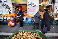 Discount di frutta e verdura gestito da immigrati egiziani. Discount of fruit and vegetables maintained by Egyptian immigrants...