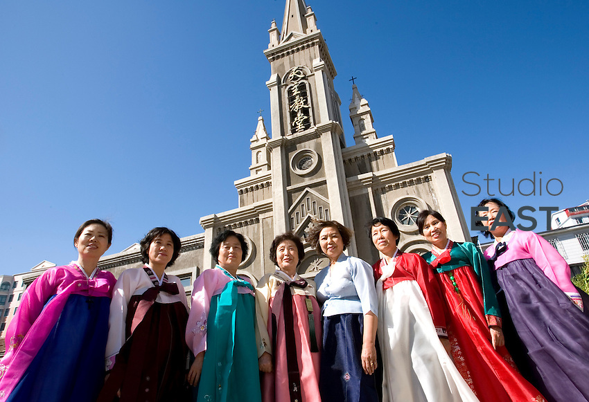 Des fidèles chinois d'origine coréenne posent fièrement en robes coréennes traditionnelles devant l'église catholique de Yanji, à Yanji, province de Jilin, en Chine, le 7 septembre 2009. Photo par Lucas Schifres/Pictobank