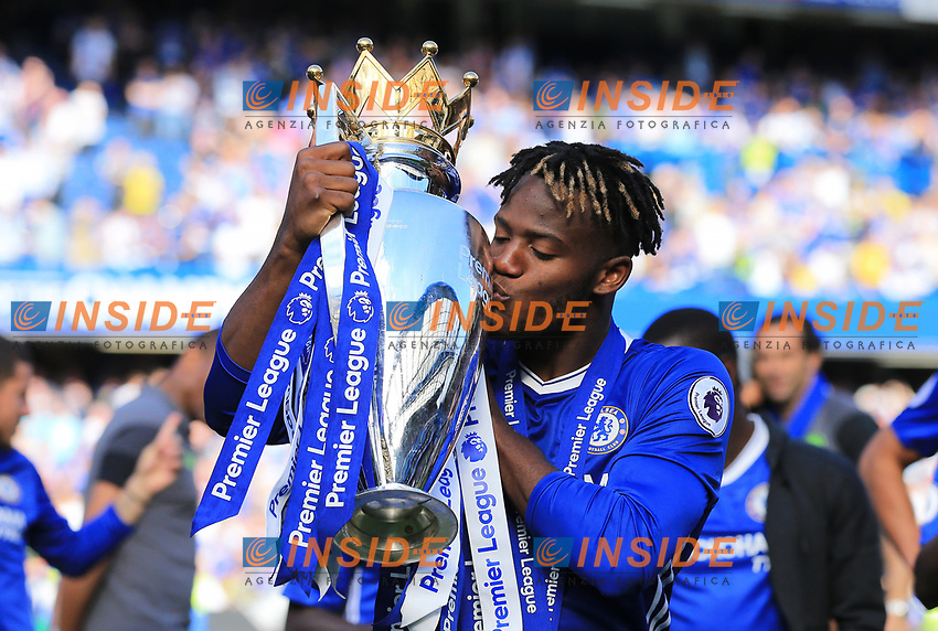 Chelsea forward Michy Batshuayi (23) kisses the Premier League trophy during the Premier League match between Chelsea and Sunderland at Stamford Bridge on May 21st 2017 in London, England. <br /> Festeggiamenti Chelsea vittoria Premier League <br /> Foto Leila Cocker/PhcImages/Panoramic/Insidefoto