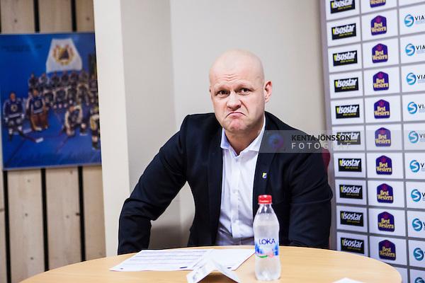 S&ouml;dert&auml;lje 2015-01-06 Ishockey Hockeyallsvenskan S&ouml;dert&auml;lje SK - Malm&ouml; Redhawks :  <br /> S&ouml;dert&auml;ljes tr&auml;nare Andreas Johansson p&aring; presskonferensen efter matchen <br /> (Foto: Kenta J&ouml;nsson) Nyckelord:  portr&auml;tt portrait presskonferens